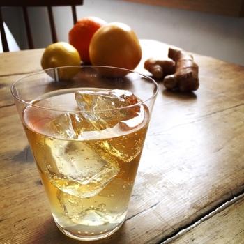 サングリアなど、自家製で作るお酒ってあこがれますよね。お気に入りのボトルに入れて並べるだけで、キッチンもおしゃれな雰囲気に早変わり。材料も自分好みで選べるので、色々な種類を試して見たくなります。