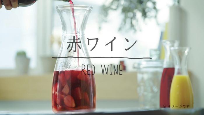 カシス、ラズベリー、クランベリーなど、8種類もの果実を贅沢に使用した「漬け込みベリーサングリア」。果実をまるごとワインに漬け込んで作られています。ワインと豊富な果実が合わさることで、より奥深い味わいに。大人の女性も楽しめる、さわやかな甘酸っぱさが魅力です。