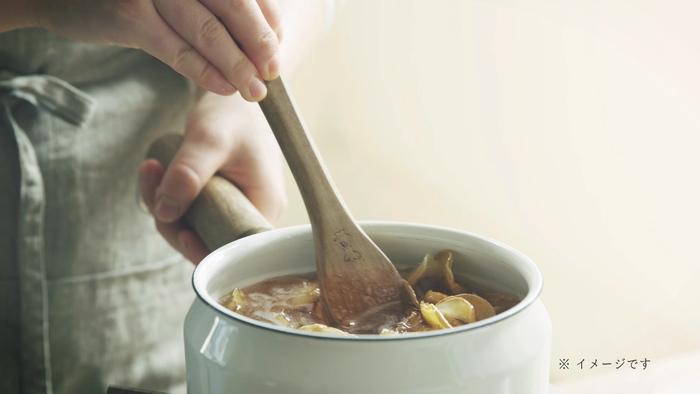 「ジンジャー&シトラス」には、2種類の「ひと手間」が加えられています。すりおろした生姜をお酒に約5日間漬けるという、素材の味わいを生かすシンプルな製法。また、生姜と砂糖をコトコト煮込んだ「ジンジャー煮込みシロップ」を使用。シロップのコクと、生姜のピリッとした刺激、両方を楽しめる本格カクテルに仕上がっているんです。