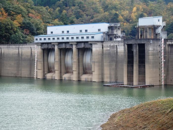美山町西端には、京都府北部をとうとうと流れる由良川に作られた大野ダムがあります。