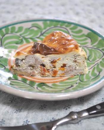 ハーブやくるみ、ドライトマトを入れた塩味のチーズケーキは、これぞおつまみデザートという一品です。前日に仕込んでおくとしっとり感や味わいもまた格別です。