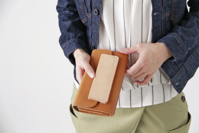 厚みがありしなやかなカウハイドレザー(牛革)を使用した長財布。手仕事でひとつひとつ丁寧につくられた財布は、手にしっくりとなじみ、本革のよさを堪能することができる一品です。 柔らかく簡単に開け閉めできるプレートはヌメ革で作られていて、時間が経つほどに飴色に変化していく様を楽しめます。