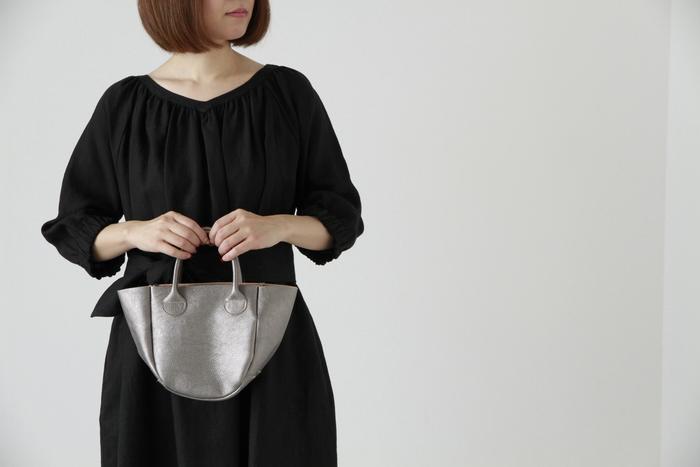 「荷物がたくさん入って便利だから、いつでもどこへでもトートバッグ」。普段ならそれも良いですが、会食や結婚式などフォーマルなシーンでは、小さなバッグがマストです。 独特のシボのある風合い豊かなレザーのミニバッグは、シャイニーカラーも揃い、パーティーにも◎。