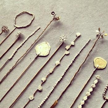 小原さんのアクセサリーは主に真鍮を用いて作られており、その質感は他にはない、味わい深いものばかり。そんな小原聖子さん作る作品たちの魅力をご紹介します。