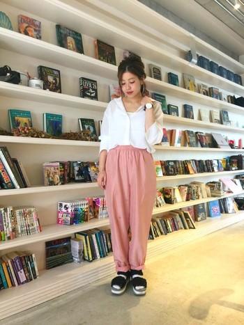 パンツスタイルもピンクなら華やかな印象に。白シャツでカジュアルに着こなしています。