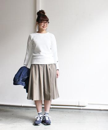 スウェットトップスってカジュアルなイメージだけど、スカートを合わせるとやっぱりかわいいですね。デニムジャケットを合わせて肌寒い春も準備OK。