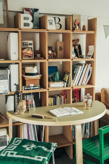 北欧家具の代名詞・artek(アルテック)の半円テーブルは、狭いスペースにも置ける工夫とシンプルなフォルムでデザイン性の高い家具です。 壁やシェルフに向かって設置すれば、わざわざスペースを大きく取らなくても立派な書斎になります。