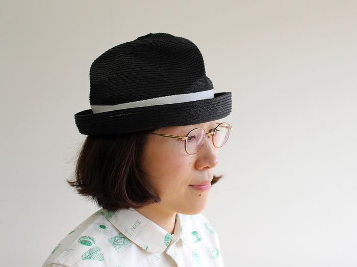7cm幅のブリムで、顔の形や髪型を問わず、どんな方でもかぶりやすいBOXED HATは、ブラックにホワイトのリボンでシックな雰囲気。ちょっぴり大人っぽく決めたいときにおすすめです。