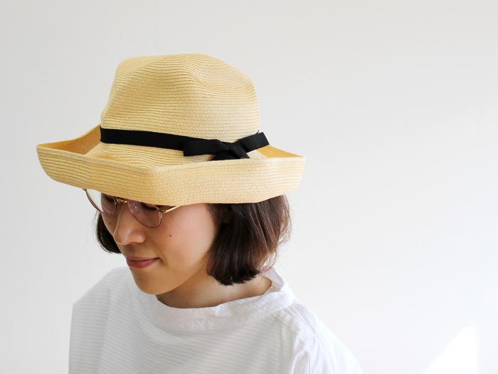 11cmの長いブリムと、横で結ばれた細めのリボンがフェミニンなBOXED HAT。つばの広いストローハットは素朴な雰囲気になりがちですが、ブリムを曲げたり反らせたりすることで、きれいめにも使うことが可能です。