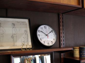はっきり見やすく余計なものがない文字盤は、どんなインテリアにもしっくりと馴染みます。壁にかけたり、本棚に立てかけたり。洗練されたデザインだからこそ、いつの時代も色あせない安定感のある時計です。