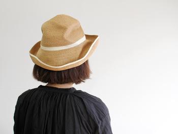 やわらかい素材感のため、かぶり方によって雰囲気が変わります。デザインやカラーが豊富なのも嬉しいところ。今回はそんな「mature ha.(マチュアーハ)」のBOXED HATの魅力と、様々なデザインのBOXED HATをご紹介します。