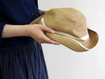 ボディとブリムの先端に白いラインが引かれたBOXED HATは、11cmの長いブリムがフェミニンながらも、甘すぎず爽やかな印象。
