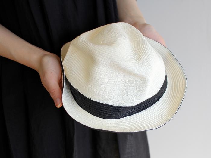 ボディとブリムの先端に黒いラインが引かれたBOXED HATは、4.5cmのブリムでコンパクトなサイズ感。