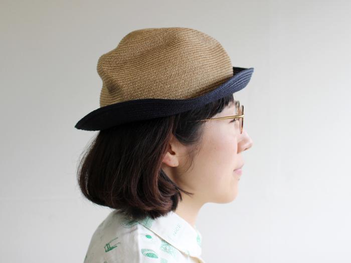 ボディとブリムのカラーが切り替えになったちょっぴり個性的なBOXED HAT。ネイビーの4.5cmブリムがコーディネートにメリハリを与えてくれます。