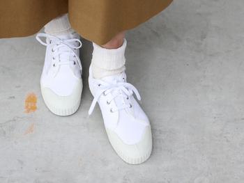 スロバキアの製靴工場に眠っていた古いスニーカーの金型などを基にリデザインして復刻生産されたシューズブランド「INN-STANT(インスタント)」をご存知でしょうか? シンプルでナチュラルなファッションにもマッチするデザインなので、普段スニーカーを履かない方にもおすすめできる一足です♪