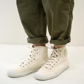 ちょっぴり無骨な感じがどこか愛らしく、できる限りシンプルに仕上げた一足は、クッション性のある中底とやわらかなソールで履き心地もバツグン♪ 白いスニーカーを履きたい、でも足元でちょっぴり個性を出したり、差をつけたい!そんな時に、ぜひ合わせていただきたい一足です♪