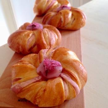 お花見やお土産にぴったりのレシピです。桜あんのピンクとトッピングに乗せた桜の塩漬けがキレイ。