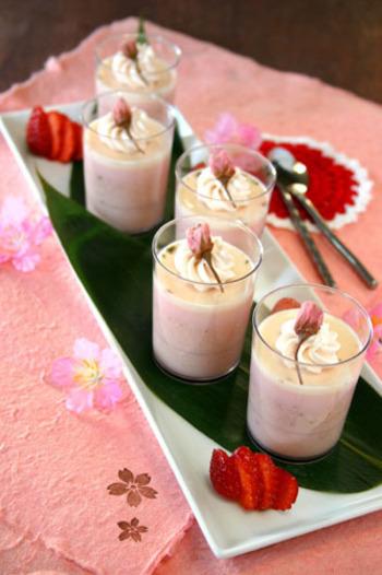 おもてなしの最後にこんなデザートを出したら、歓声が上がりそう♪濃厚な桜の風味を楽しめます。