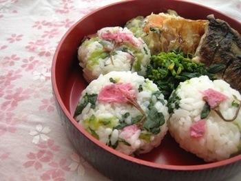 小松菜の緑に、桜の鮮やかなピンクのコントラストが見た目にも美しいおにぎり。一口食べると春の香りがふわりと漂ってきそうです。