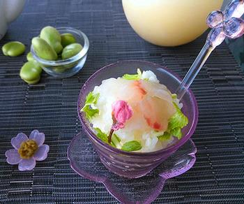 だし汁の代わりにコンソメスープをかける洋風のお茶漬け。食欲のない日にもおすすめです。