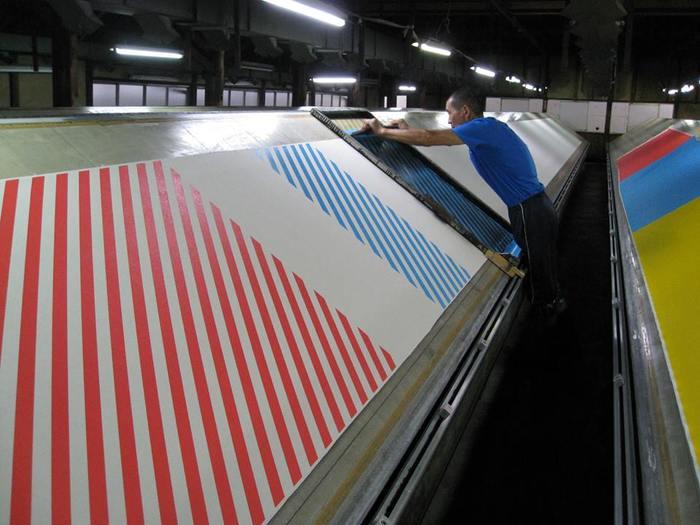商品に使われている帆布は、国内の生産地として有名な倉敷の工場から取り寄せ、その生地を京都にある風呂敷の染め工場にて、手作業で染めているそうです。素材や製法はすべて伝統的なものながら、柄や色使いはモダンで現代的。職人さんが丁寧につくり上げたアイテムは、日常をより上質なものに変えてくれるはずです。