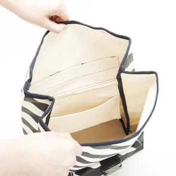 モノが出し入れしやすい大きめの入り口。背中側に大きなファスナーと内ポケットがついているから、急な荷物の出し入れにも対応可能です。デザインだけでなく、機能性も◎なのが嬉しいですね。