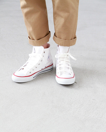 こちらは、上記と同じ「CONVERSE(コンバース)」 キャンバスオールスターのハイカットモデル。足首まであるハイカットは、クロップドパンツなどの半端丈パンツやロールアップスタイルとの相性も抜群。もちろん、スカートとのバランスもバッチリです!
