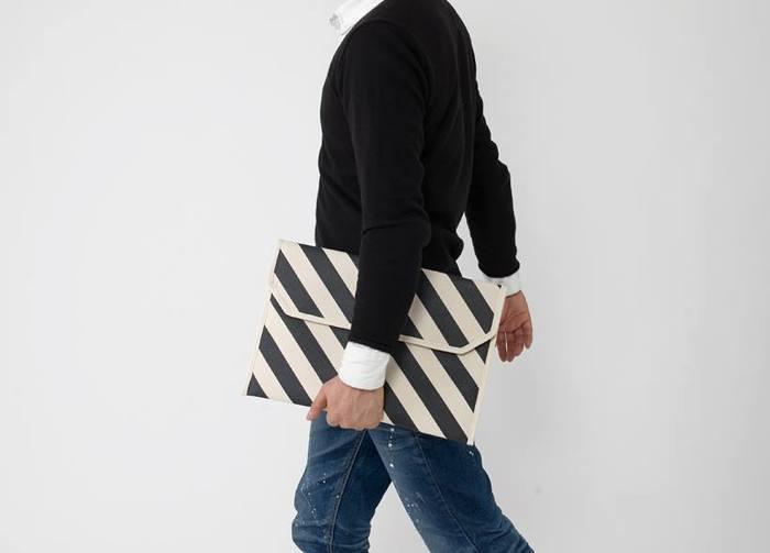 インパクトある柄が印象的だから、服装はできるだけシンプルにして片手でさりげなく持つとかっこよくキマります。