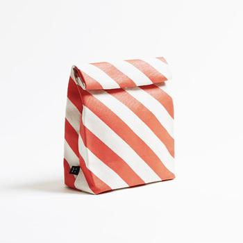 『カミブクロ』  その名のとおり、紙袋のようなユニークなデザインのバッグです。クラッチバッグやバッグインバッグとしても、使う人次第で自由にアレンジできる、使い勝手の良いアイテム。
