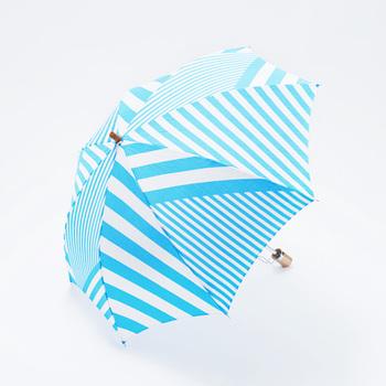 『折りたたみ傘』  ハネルカの通常アイテムとして展開している風呂敷に、撥水加工とUV加工を施し、晴雨兼用に仕あげたオリジナルの折りたたみ傘。こんなステキな傘だったら、雨の日が楽しみになりますね。