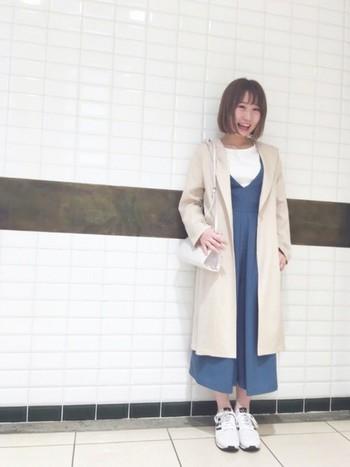 ジャンパースカートにガウンコートもよく似合います。女の子らしいコーディネートですが、足元をスニーカーにすることでカジュアル感をプラスできます。