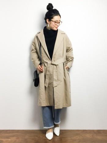ガウンコートはきちんと着ないでラフな感じで着るのがオシャレ。ウエストのベルトもあえてきちんと結ばない方が素敵です。切りっぱなしのデニムも旬のアイテムなのでトレンド感満載。
