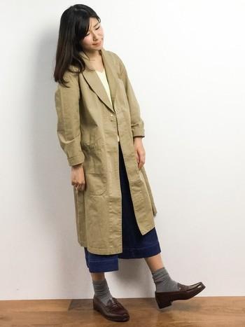 デニムガウチョパンツとベージュのガウンコートは本当に良く合いますね。ロング丈のガウンコートは背の低い人にはちょっと難しいかもしれませんが、細身のタイプを選ぶと上手にコーディネートできますよ。