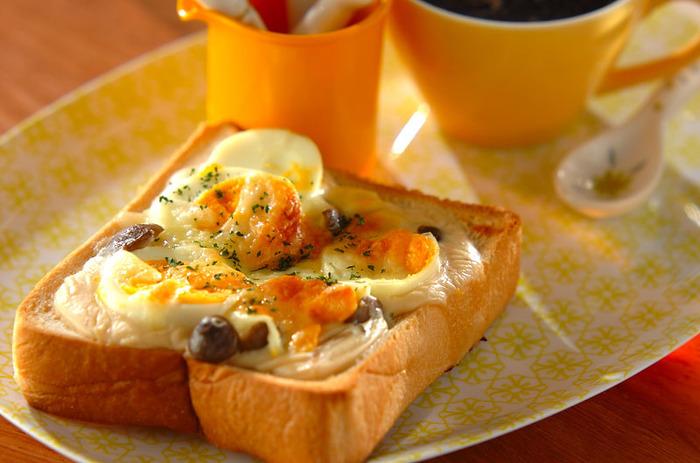 ホワイトソースを作り置きしておけば、朝食にもさっと使えて便利です。こちらは、ゆで卵やしめじと一緒に焼いた「パングラタン」。他にもいろいろな具材でアレンジできそうですね!