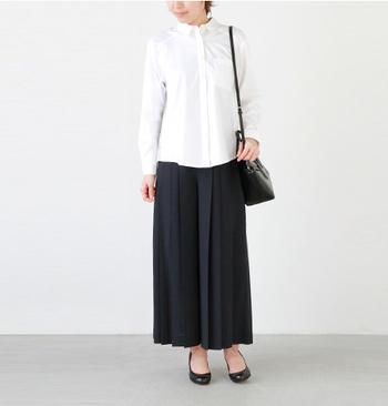 プリーツがあしらわれた上品なスカンツ。トラッドな白シャツを合わせればオフィススタイルにもぴったり。