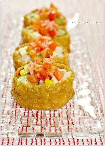こちらは、ライスサラダのいなり寿司です。赤、黄、緑の春らしい色合いですね。ワインビネガー、ブラックペッパーを効かせているのでサラダ感覚でいただけますよ。