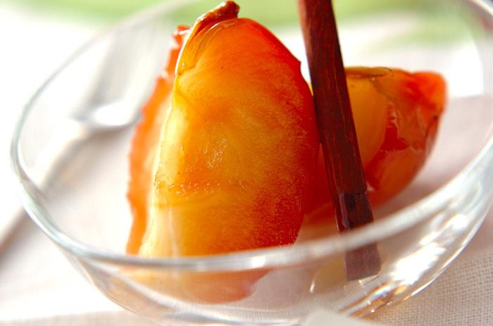 つくるときに白ワインを加えてつくるリンゴのシロップ煮のレシピ。さっぱり水々しいフルーツの甘みで、食後のデザートにもおすすめです。