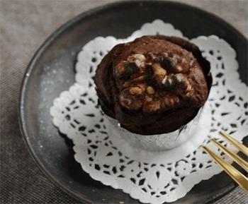 甘いイメージが強いガトーショコラですが、こちらは甘さが控えめで軽く食べられるレシピ。甘いものが苦手な人へのプレゼントにも喜ばれそうですね。