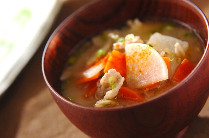 豚汁に鉄板の具材、ごぼう。根菜は身体を温める効果があると言われていますので、汁物にぜひ取り入れたい食材です。豚汁に新ごぼうを入れると、とても風味が良くなりますよ♪