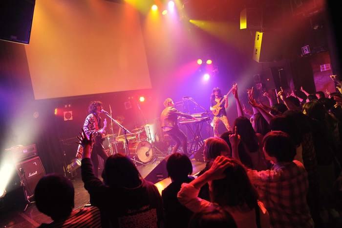 """5月22日には渋谷Star loungeでリリース記念ワンマンを開催、ARABAKI ROCK FEST.16への出演も決定しています。瞬く間に会場を巻き込む全身全霊のライブパフォーマンスはまさに圧巻!オワリカラにしかできない""""スリリングで踊れるライブ""""を、ぜひ体感してみてはいかがでしょうか?"""
