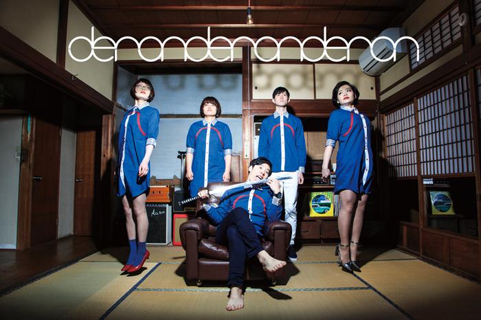 """3バンド目は、Vo/Gt.さわいかんを中心に結成された横浜発""""小悪魔系ダンスロックバンド""""deronderonderon(デロンデロンデロン)。揃いの衣装をまとったビジュアルをはじめ、一度知ったら忘れられない強烈なライブパフォーマンスや楽曲で注目を浴びています。"""