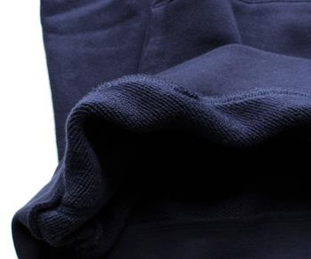 手触りが良く、やや毛羽立ちにくい特性がある「超長綿」というコットンを使用。素材の上質感にもこだわりが感じられます。柔らかな着心地と、ほどよい肉厚さで夏以外のロングシーズン着られるのも嬉しいですよね。