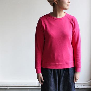 こちらも大阪発人気カジュアルブランド「maillot(マイヨ)」のもの。ラグランスリーブのコンパクトなシルエットは少し短めの丈がポイント。すっきりと着る事ができるので、女性らしく、大人っぽい印象で着こなすことができます。エーゲ海周辺で栽培された綿花のみを使用したブランドコットンで作られたミニ裏毛は、軽い着心地でロングシーズン着られるので、きっとワードローブの定番になりそう。
