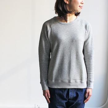 最後にもう1型「maillot(マイヨ)」からクルーネックのスウェットトレーナーをご紹介。ポケットもロゴも無く、潔いくらいのシンプルさが逆に素材感の良さを引き立てます。こちらもプルオーバータイプのパーカーと同様、超長綿を使用した着心地の良さが魅力的ですね。