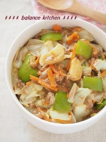 冷蔵庫の中の余りものの野菜と、豚肉を使ってガーリック味噌バター丼はいかが? 野菜もたっぷりとれて、残りものの整理にも◎。何かと、レシピアイデアが底をつく金曜日のお弁当にもいいかもしれませんね。