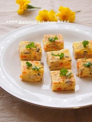 フライパンではなく卵焼き器を使うと、少量で作れるので時短、形が四角いので、お弁当にも詰めやすいなどのメリットがあるそう。生地に、片栗粉を入れるのがしっとり仕上がるポイントです。