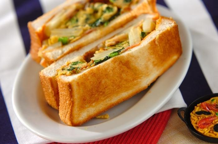 ジャガイモやベーコンに野菜など、いろいろな食材を一気に食べられるボリューム満点のサンドイッチです。