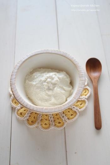 生クリームの代わりにも使える豆腐クリーム。スイーツはもちろんソースのベースなどお料理にも使えるので、ヘルシー志向の方におすすめです。ジャムやメープルを混ぜたりアレンジ自在のクリームです。