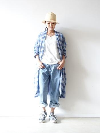 パンツスタイルと言って思い浮かぶのがデニム。スキニーも相変わらず人気ですが、こんなゆるっとしたシルエットのものもトレンドです。