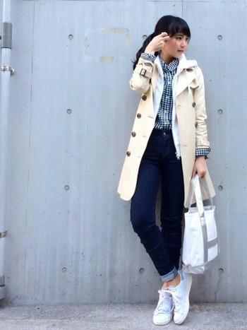 スキニータイプのデニム、ギンガムチェックのシャツはイン。その上にジャストサイズのパーカー、コートを合わせたスタイルアップコーディネート。重ね着上級者なイメージですね。